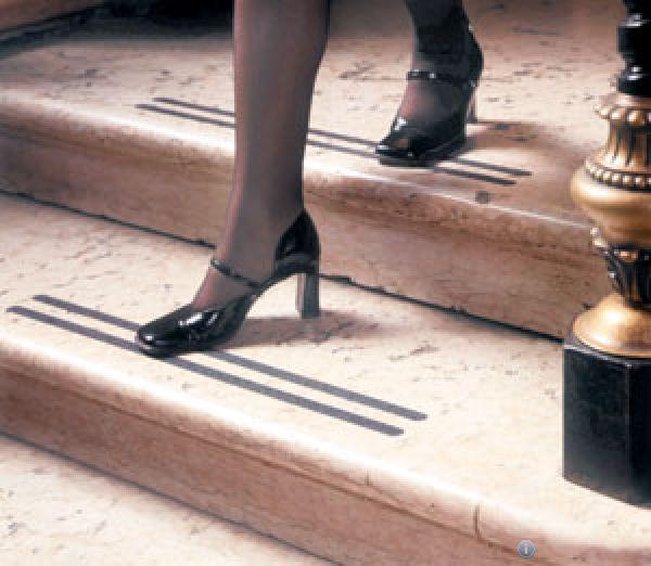 Противоскользящие ленты на ступени
